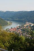 Blick auf Engelhartszell an der Donau, Oberösterreich, Österreich | view on Engelhartszell on Danube, Austria