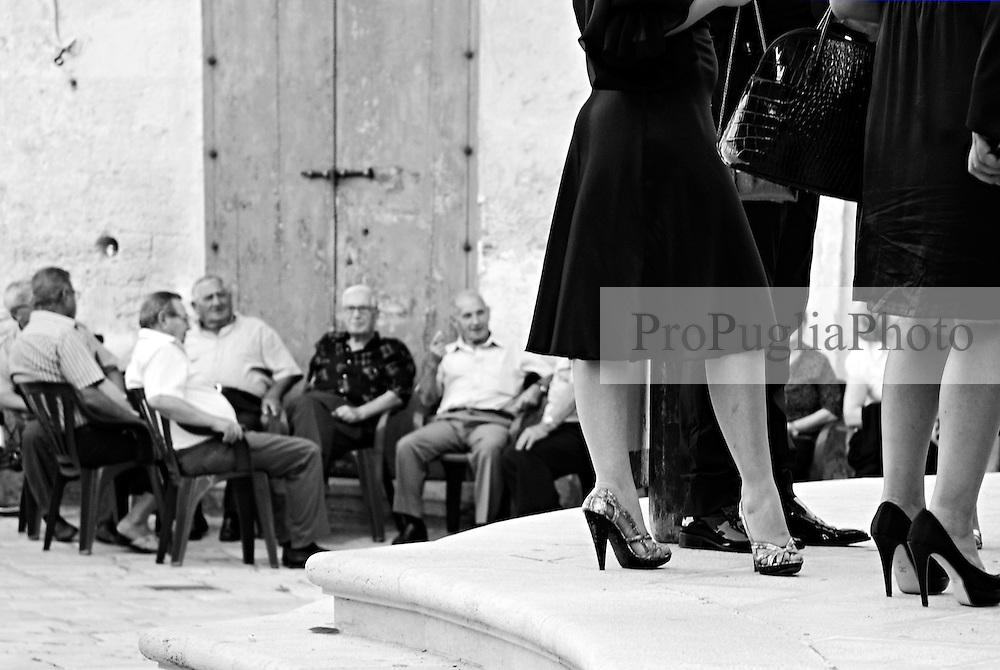 Mesagne, centro storico. Anziani seduti davanti alla chiesa dove si è appena conclusa la celebrazione di un matrimonio.