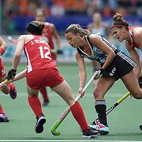 DEN HAAG - Rabobank Hockey World Cup<br /> 37 3rd Place match: Argentina - USA<br /> Foto: Delfina Merino (blue) and Rachel Dawson (red, right).<br /> COPYRIGHT FRANK UIJLENBROEK FFU PRESS AGENCY
