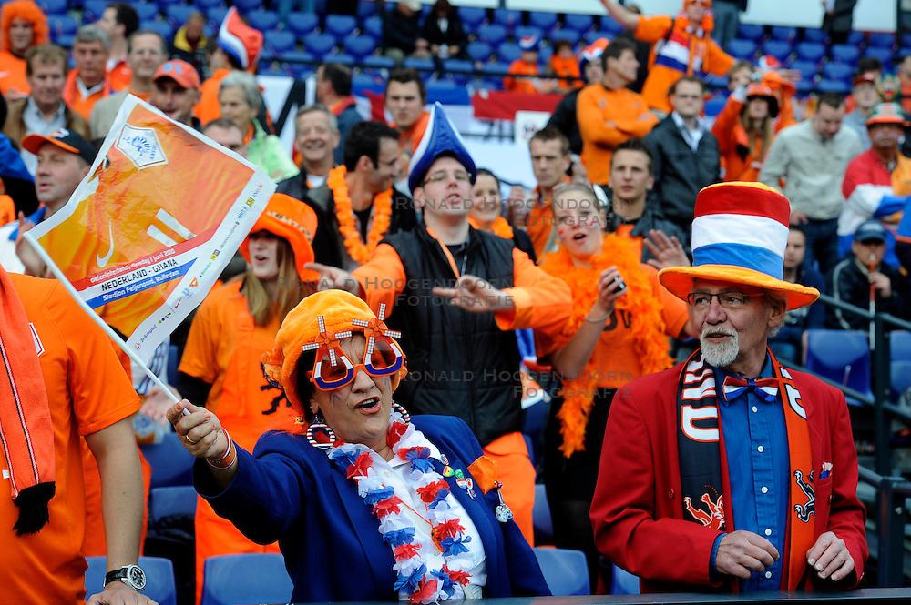 01-06-2010 VOETBAL: NEDERLAND - GHANA: ROTTERDAM<br /> Nederland wint vrij eenvoudig de oefenwedstrijd van Ghana / Oranje support publiek fans<br /> &copy;2010-WWW.FOTOHOOGENDOORN.NL