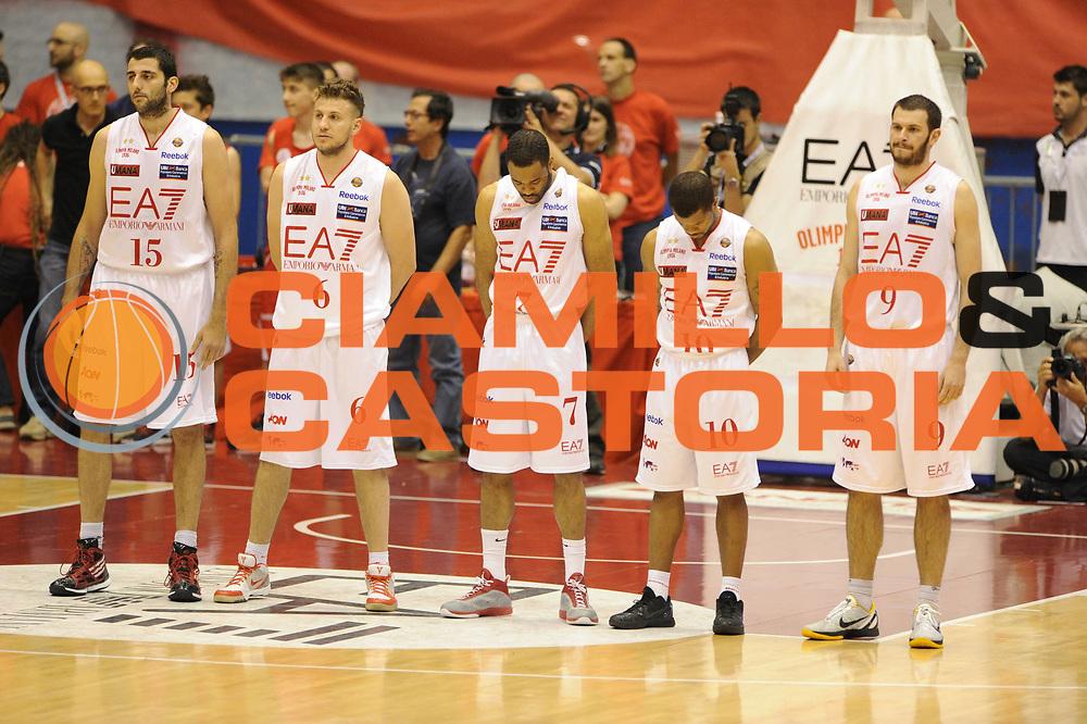 DESCRIZIONE : Milano  Lega A 2011-12 EA7 Emporio Armani Milano Scavolini Siviglia Pesaro play off semifinale gara 2<br /> GIOCATORE : team<br /> CATEGORIA : lutto<br /> SQUADRA : EA7 Emporio Armani Milano<br /> EVENTO : Campionato Lega A 2011-2012 Play off semifinale gara 2 <br /> GARA : EA7 Emporio Armani Milano Scavolini Siviglia Pesaro<br /> DATA : 31/05/2012<br /> SPORT : Pallacanestro <br /> AUTORE : Agenzia Ciamillo-Castoria/ GiulioCiamillo<br /> Galleria : Lega Basket A 2011-2012  <br /> Fotonotizia : Milano  Lega A 2011-12 EA7 Emporio Armani Milano Scavolini Siviglia Pesaro play off semifinale gara 2<br /> Predefinita :