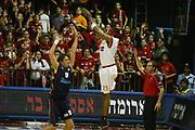DESCRIZIONE : Gerusalemme Uleb Cup 2005-06 Hapoel Migdal Gerusalemme Lottomatica Pulitalia Virtus Roma <br /> GIOCATORE : Tifosi <br /> SQUADRA : Hapoel Migdal Gerusalemme <br /> EVENTO : Uleb Cup 2005-2006 <br /> GARA : Hapoel Migdal Gerusalemme Lottomatica Pulitalia Virtus Roma <br /> DATA : 07/03/2006 <br /> CATEGORIA : Esultanza <br /> SPORT : Pallacanestro <br /> AUTORE : Agenzia Ciamillo-Castoria/G.Ciamillo