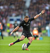 Twickenham, Great Britain, New Zealands, Aaron CRUDEN, first half conversion, QBE Autumn Internationals, England vs New Zealand, RFU Stadium Twickenham, Surrey.  Saturday 08/11/2014 [Mandatory Credit; Peter SPURRIER/Intersport Images]