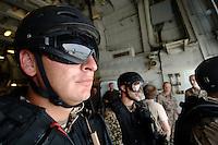 """25 SEP 2006, GOLF VON TADJURA/DJIBOUTI:<br /> Soldat der Spezialisierten Einsatzkraefte Marine, ausgeruestet fuer """"Fast Roping"""" - das abseilen auf ein fremdes Schiffes zur Ueberpruefung - wartet auf den Abflug eines Hubschrauber auf der Fregatte """"Schleswig-Holstein"""". Die Fregatte ist als Flaggschiff Teil des deutschen Marinekontingents der OPERATION ENDURING FREEDOM und operiert im Seegebiet am Horn von Afrika<br /> IMAGE: 20060925-01-092<br /> KEYWORDS: Dschibuti, Bundeswehr, Marine, Soldat, Soldaten, Afrika, Africa"""