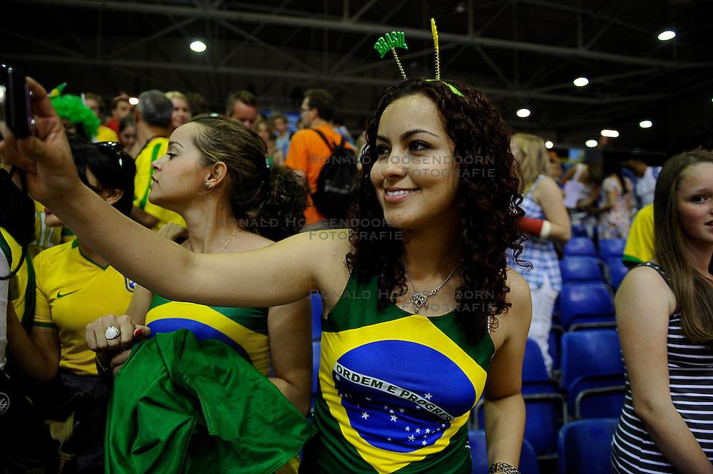 27-06-2010 VOLLEYBAL: WLV NEDERLAND - BRAZILIE: ROTTERDAM<br /> Nederland verliest met 3-2 van Brazilie / Braziliaans support publiek fan<br /> &copy;2010-WWW.FOTOHOOGENDOORN.NL