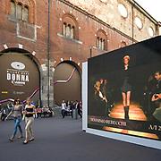 Settimana della moda a Milano settembre 2010. <br /> Maxi schermi in via dei Maercanti a Milano <br /> <br /> Fashion week in Milan september 2010.<br /> Wide screens in Via Mercanti in Milan.