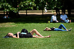 © Licensed to London News Pictures. 27/06/2019. LONDON, UK.  Londoners and tourists enjoy the warm temperatures and sunshine in Green Park during lunchtime.  The forecast is for temperatures above 30C on Saturday.  Photo credit: Stephen Chung/LNP