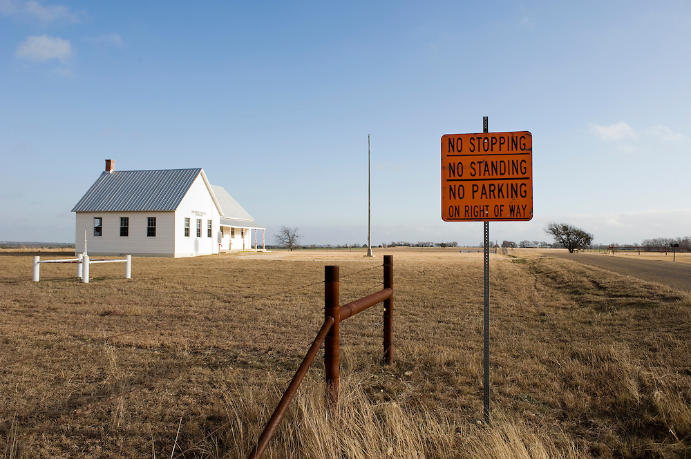 Crawford, Texas, USA.Kein Halten, kein Stehen, kein Parken erlaubt in der Naehe der Ranch des Praesidenten Bush..No Stopping, No Standing, No Parking signs around President Bush's Prairie Chapel Ranch..Crawford, Texas, is the hometown of outgoing President George W. Bush, who bought the Prairie Chapel Ranch, located seven miles (10 km) northwest of town, in 1999. The farm was considered the Western White House of the President, who is leaving soon for a new home in  Dallas. His departure will bring major changes to this small town (population: 705), which had in part made a living by catering to the tourist, press and protesting crowds that came to visit. At the same time they are very tired of it all and seem to be glad that life can finally get back to normal now...©Stefan Falke