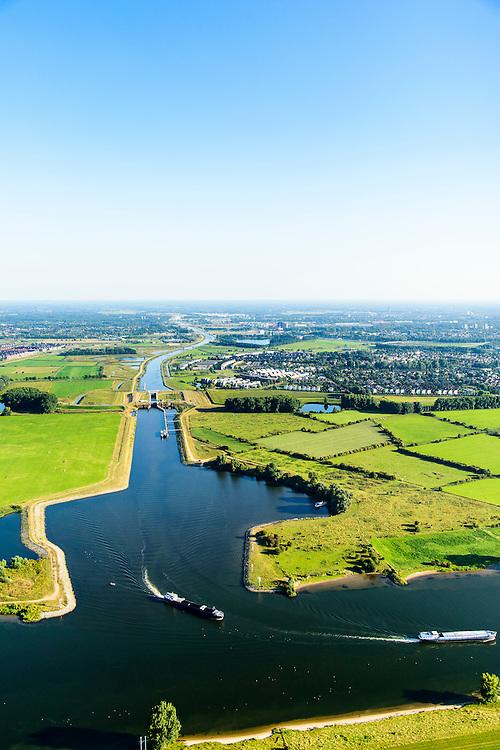 Nederland, Noord-Brabant, Den Bosch, 23-08-2016; Máximakanaal nabij sluis Empel. Het kanaal verbindt de Maas (onder) met de Zuid-Willemsvaart en maakt scheepvaartverkeer buiten het centrum van Den Bosch mogelijk.<br /> Máximakanaal, connects the Meuse with the South Willemsvaart and makes shipping outside the center of Den Bosch possible.<br /> luchtfoto (toeslag op standard tarieven);<br /> aerial photo (additional fee required);<br /> copyright foto/photo Siebe Swart