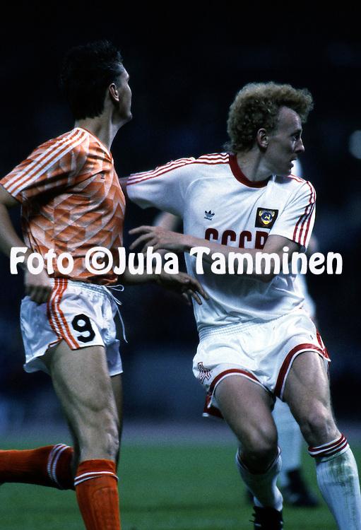UEFA European Championship - West Germany 1988<br /> 12.6.1988, M&uuml;ngersdorferstadion, K&ouml;ln.<br /> Group 2, Holland v Soviet Union<br /> Oleg Kuznetsov (USSR) v Johnny Bosman (Netherlands).