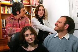 """Mario e Diana Corso, com a filhas Julia(menor) e Laura. Mario e Diana são psicanalistas e autores do """"Fadas no Divã"""", que tem umas 600 páginas e toda vocação para virar um clássico. FOTO: Jefferson Bernardes/Preview.com"""