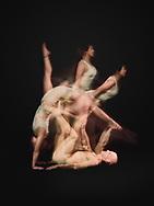 """Im Acro-Yoga wird der """"Flyer"""" von der """"Base"""" getragen und kann so eine Vielzahl dynamischer Posen einnehmen wie hier vom Handstand in den Backbird und anschließend in den Foot2Hand und in den Bird."""