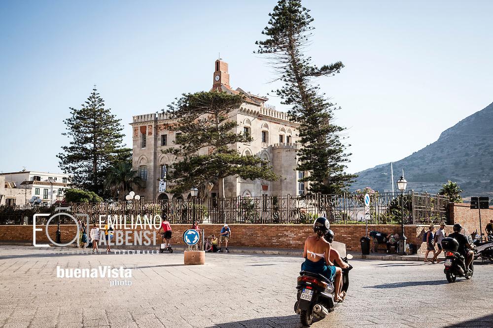 Favignana, Sicilia, Italia, 2016<br /> Le strade del centro di Favignana affollate di turisti su scooter e biciclette e, sullo sfondo, Palazzo Florio.<br /> <br /> Favignana, Sicily, Italy, 2016<br /> The streets of Favignana historical center crowded by tourists on scooters and bikes and on the background Florio Palace.
