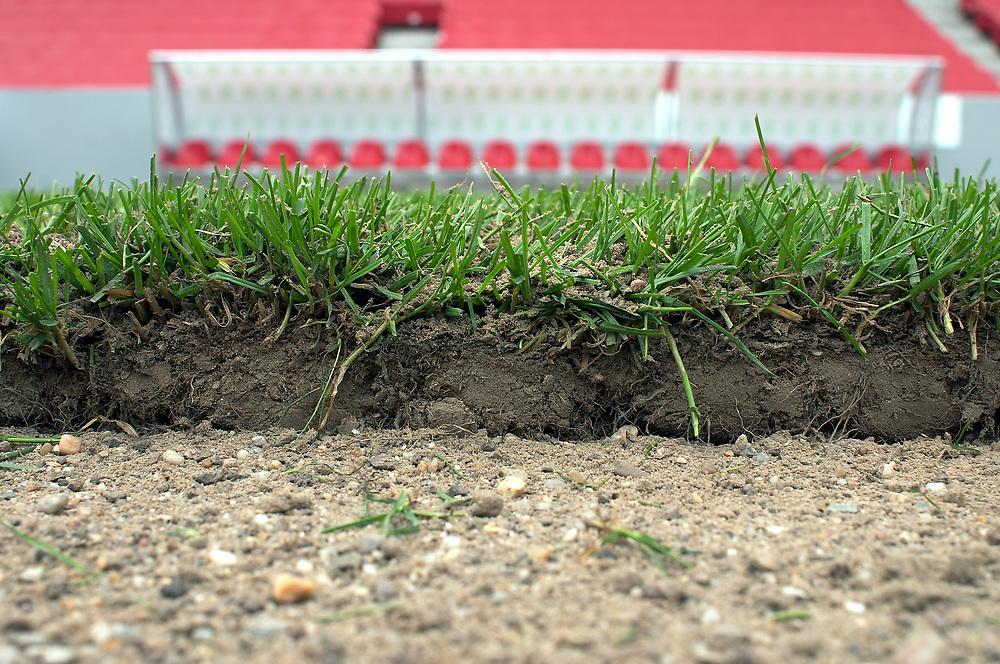Deutschland - Fussballweltmeisterschaft 2006<br />WM Rasen - die Spur der Halme: woher kommt der<br />Rasen und wie kommt er in die Stadien ?<br />HIER: Rhein-Energie-Stadion K&ouml;ln, Testverlegung f&uuml;r<br />den FIFA-ConFed-Cup; Rollrasen...<br />02.06.2005<br />&copy;  jungeblodt.com