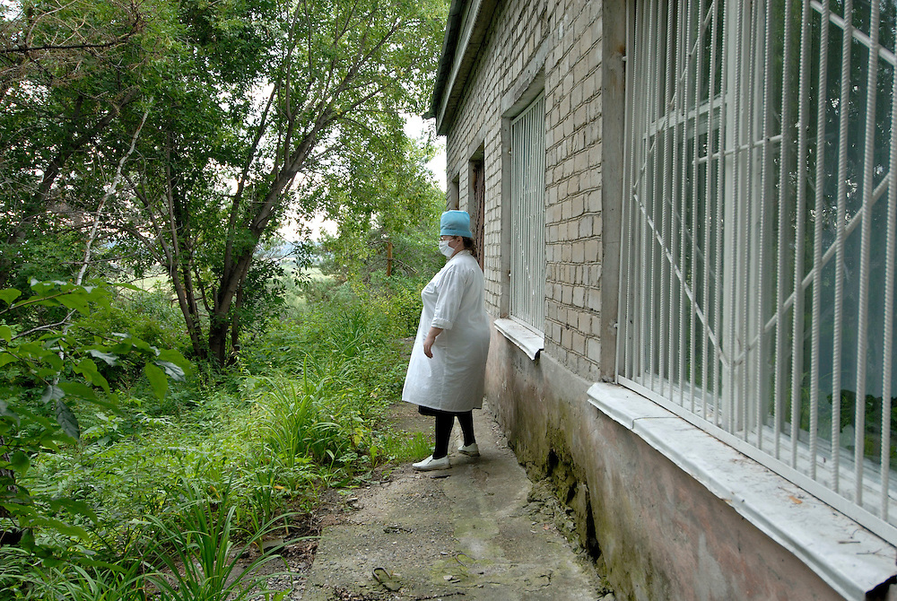 Russia. Tomsk (Siberia). 24.08.2007. TB Hospital. MDR (Multi Drug Resistant) ward. Nurse outside ward.