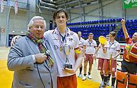 ROTTERDAM -  MOP H2 kampioen tijdens het Landskampioenschap reserveteam zaal 2013. links KNHB bestuurslid Louis Coster. FOTO KOEN SUYK