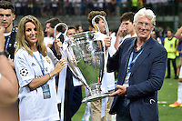 FUSSBALL  CHAMPIONS LEAGUE  FINALE  SAISON 2015/2016   Real Madrid - Atletico Madrid                   28.05.2016 Richard Gere (re) und Freundin Alejandra Silva jubeln mit dem Pokal