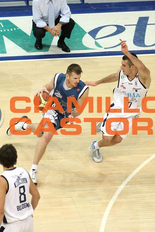DESCRIZIONE : Bologna Lega A1 2005-06 Play Off Semifinale Gara 5 Climamio Fortitudo Bologna Carpisa Napoli <br />GIOCATORE : Larranaga<br />SQUADRA : Carpisa Napoli <br />EVENTO : Campionato Lega A1 2005-2006 Play Off Semifinale Gara 5 <br />GARA : Climamio Fortitudo Bologna Carpisa Napoli <br />DATA : 11/06/2006 <br />CATEGORIA : Palleggio <br />SPORT : Pallacanestro <br />AUTORE : Agenzia Ciamillo-Castoria/G.Ciamillo