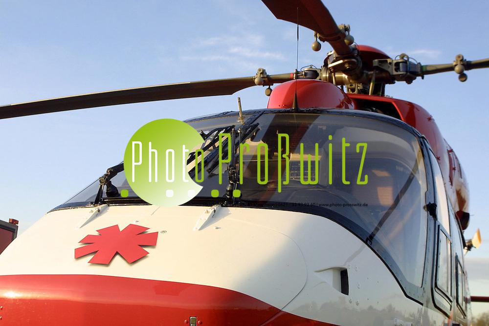 Mannheim. Flugplatz. Feuerwehr&uuml;bung mit dem Rettungsheli<br /> <br /> Bild: Pro&szlig;witz