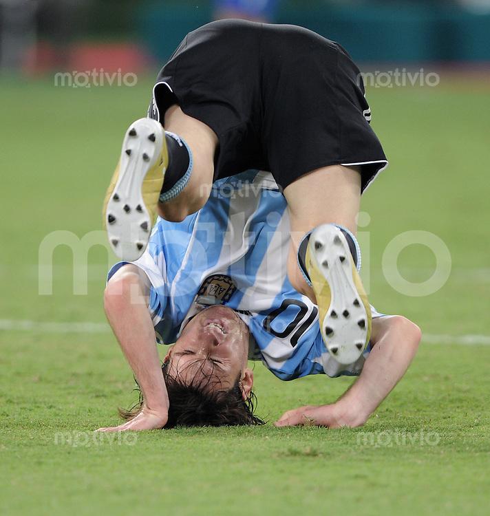 FUSSBALL   INTERNATIONAL   Testspiel  in  Doha  17.11.2010 Argentinien - Brasilien Lionel MESSI (Argentinien) steht Kopf