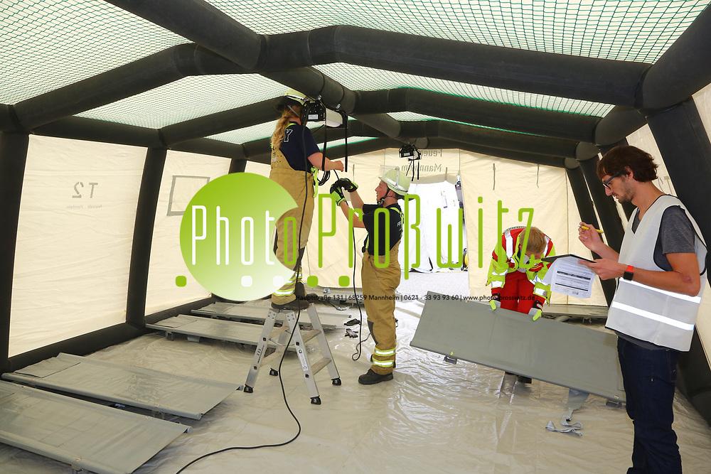 Mannheim. 26.08.17 | &Uuml;bung am AB MANV.<br /> K&auml;fertal. Feuerwache Nord. &Uuml;bung von Feuerwehr und ASB am Abrollbeh&auml;lter Massenanfall von Verletzten (AB-MANV).<br /> Die durch die Firma GIMAEX-Schmitz in Luckenwalde ausgebauten AB-MANV verf&uuml;gen &uuml;ber eine umfangreiche technische und medizinische Beladung, die den Aufbau und den Betrieb eines Behandlungsplatzes f&uuml;r insgesamt bis zu f&uuml;nfzig Patienten erm&ouml;glicht.<br /> Als &Uuml;bungsszenario wird eine explosion in einem Kaufhaus dargestellt.<br /> <br /> <br /> <br /> BILD- ID 2326 |<br /> Bild: Markus Prosswitz 26AUG17 / masterpress (Bild ist honorarpflichtig - No Model Release!)