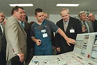 25 AUG 2000, BOXBERG/GERMANY:<br /> Gerhard Schröder, Bundeskanzler, unterhält sich mit einem Auszubildenden der Vereinigten Energiewerke AG (VEAG) an einer Schaltpult des Ausbildungszentrums, Sommerreise des Kanzlers durch die Ostdeutschen Bundesländer<br /> IMAGE: 20000825-01/06-22<br /> KEYWORDS: Gerhard Schröder, Azubi, Ausbildung, Arbeiter, worker