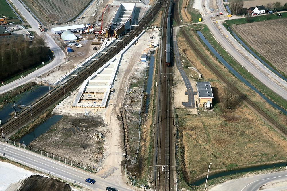 Nederland, Zevenbergschen Hoek, 08-03-2002; spoorlijn Breda - Dordrecht (in N richting), HSL komt links (westelijk) en parallel aan deze spoorlijn;  vanaf midden links de spoorlijn vanuit  Roosendaal, de HSL zal met een spoorviaduct over deze lijn heen gaan; het betonnen viaduct is onder contructie, na voltooing is de hoogte 8 m; aan de horizon het niuewe viaduct in de Bredase Dijk (zie ook foto in Z richting).infrastructuur verkeer en vervoer spoor bouw landschap.<br /> luchtfoto (toeslag), aerial photo (additional fee)<br /> photo/foto Siebe Swart
