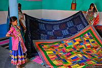 Inde, Gujarat, Kutch, village de Ludiya, population d'ethnie Meghwal, couturière // India, Gujarat, Kutch, Ludiya village, Meghwal ethnic group, seamstress