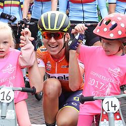01-09-2017: Wielrennen: Boels Ladies Tour: Weert  <br />Annemiek van Vleuten voor de start met de kids van de loopfietsrace in Gennep
