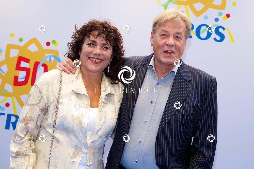 AMSTERDAM - 50 Jaar Tros is gevierd in theater Carré met heel veel bekende Nederlanders uit de Tros wereld. Met hier op de foto  Léonie Sazias met partner Cees Stolk. FOTO LEVIN DEN BOER - PERSFOTO.NU