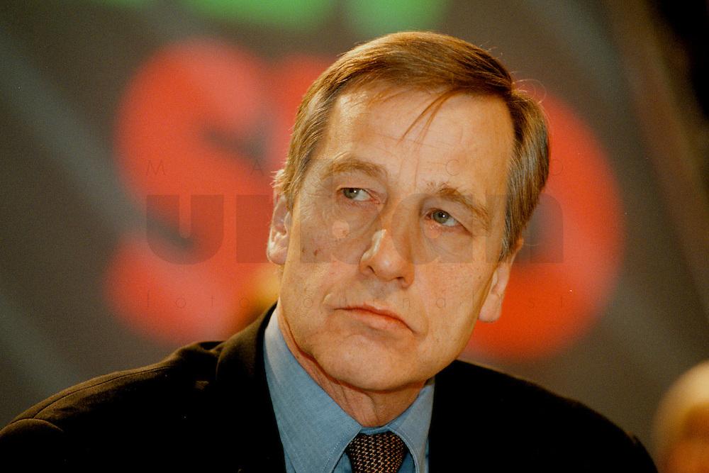 31 JAN 1998, GERMANY/DORTMUND:<br />  Wolfgang Clement, SPD, Wirtschaftsminister Nordrhein-Westfalen, auf dem Landesparteitag der SPD NRW<br /> IMAGE: 19980131-01/01-06