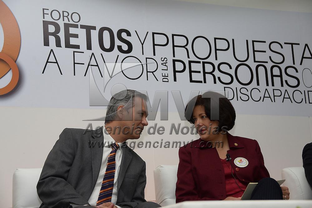 Toluca, México.- Martha Hilda González Calderón, alcaldesa de Toluca y Ricardo Bucio Mujica, Presidente del Consejo Nacional para Prevenir la Discriminación (CONAPREC) durante la inauguración del Foro Retos y Propuestas a favor de las Personas con Discapacidad. Agencia MVT / Crisanta Espinosa