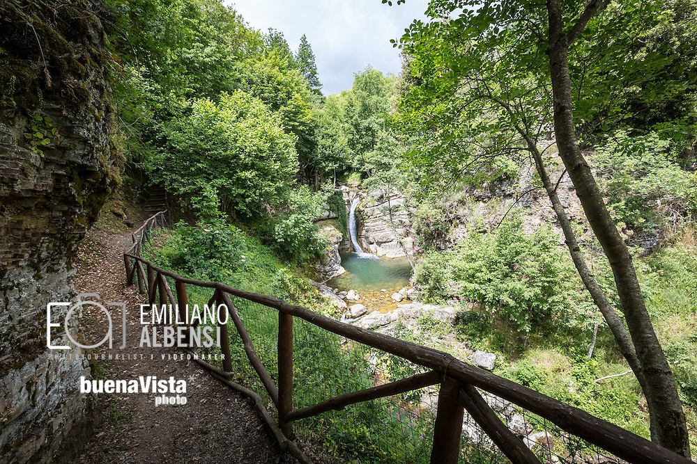 San Fele, Basilicata, Italia, 10/06/2016<br /> Uno dei sentieri che conduce alle cascate di San Fele, chiamate in dialetto &quot;U Uattenniere&quot;<br /> <br /> San Fele, Basilicata, Italy, 10/06/2016<br /> One of the path that leads to the waterfall in San Fele, named &quot;U Uattenniere&quot; in local slang