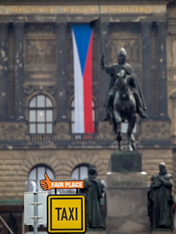 Der obere Teil des Wenzelsplatzes in Prag mit dem Wenzelsdenkmal. Im Hintergrund die tschechische Nationalflagge und das Nationalmuseum.<br /> <br /> The upper part of Wenceslas Square with the Czech national flag, Wenceslav monument and the National Museum in the back.