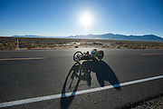 Liz McTernan met haar handbike Red Lighting. In Battle Mountain (Nevada) wordt ieder jaar de World Human Powered Speed Challenge gehouden. Tijdens deze wedstrijd wordt geprobeerd zo hard mogelijk te fietsen op pure menskracht. Ze halen snelheden tot 133 km/h. De deelnemers bestaan zowel uit teams van universiteiten als uit hobbyisten. Met de gestroomlijnde fietsen willen ze laten zien wat mogelijk is met menskracht. De speciale ligfietsen kunnen gezien worden als de Formule 1 van het fietsen. De kennis die wordt opgedaan wordt ook gebruikt om duurzaam vervoer verder te ontwikkelen.<br /> <br /> Liz McTernan with her handbike Red Lighting. In Battle Mountain (Nevada) each year the World Human Powered Speed ​​Challenge is held. During this race they try to ride on pure manpower as hard as possible. Speeds up to 133 km/h are reached. The participants consist of both teams from universities and from hobbyists. With the sleek bikes they want to show what is possible with human power. The special recumbent bicycles can be seen as the Formula 1 of the bicycle. The knowledge gained is also used to develop sustainable transport.