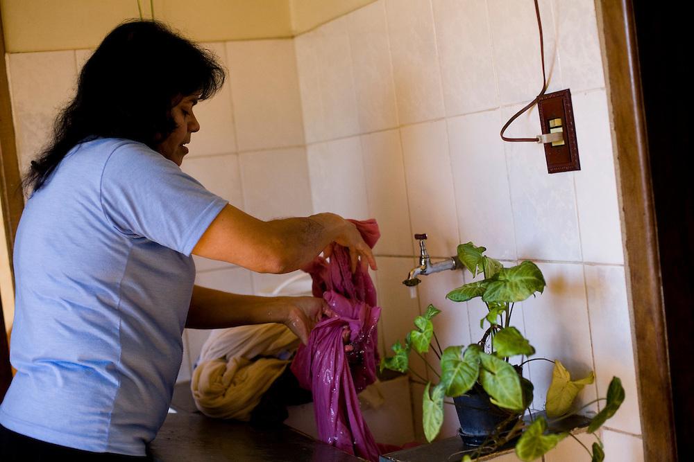 Belo Horizonte_MG, Brasil...Dona de casa lavando roupa...A housewife washing clothes...Foto: JOAO MARCOS ROSA /  NITRO