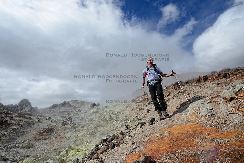 06-07-2014 NED: Iceland Diabetes Challenge dag 2, Landmannalaugar <br /> Trek van Landmannalaugar naar Hrafntinnusker. Een prachtige trekking door de hooggebergte van Landmannalaugar met veel kleuren, sneeuw, gletsjers en zwarte landschappen / Eelco