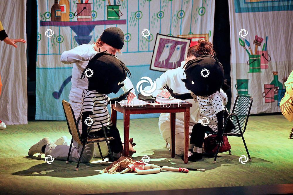 ZALTBOMMEL - In de Poorterij is een musicalvoorstelling van Jip en Janneke gestart. Diversen kinderen gingen naar deze voorstelling. FOTO LEVIN DEN BOER - PERSFOTO.NU