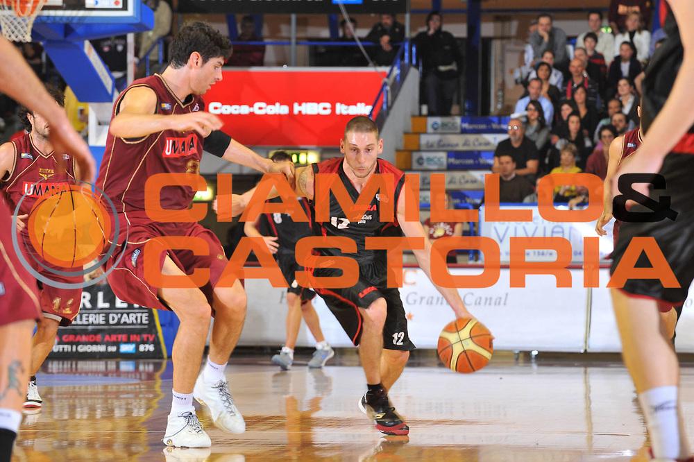 DESCRIZIONE : Venezia Lega A2 2009-10 Umana Reyer Venezia Nuova Pallacanestro Pavia<br /> GIOCATORE : Mike Nardi<br /> SQUADRA : Nuova Pallacanestro Pavia<br /> EVENTO : Campionato Lega A2 2009-2010<br /> GARA : Umana Reyer Venezia Nuova Pallacanestro Pavia<br /> DATA : 15/11/2009<br /> CATEGORIA : Palleggio<br /> SPORT : Pallacanestro <br /> AUTORE : Agenzia Ciamillo-Castoria/M.Gregolin<br /> Galleria : Lega Basket A2 2009-2010 <br /> Fotonotizia : Venezia Campionato Italiano Lega A2 2009-2010 Umana Reyer Venezia Nuova Pallacanestro Pavia<br /> Predefinita :