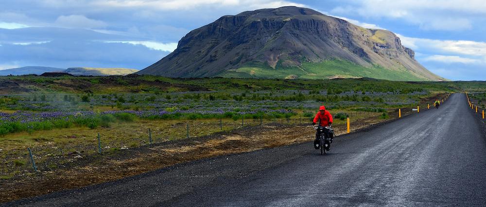 05-07-2014 NED: Iceland Diabetes Challenge dag 1, Landmannalaugar <br /> Vandaag ging de challenge van start. Met een bus gingen we van Vogar naar Landmannalaugar en zagen we de eerste tekenen van het prachtige landschap van IJsland.