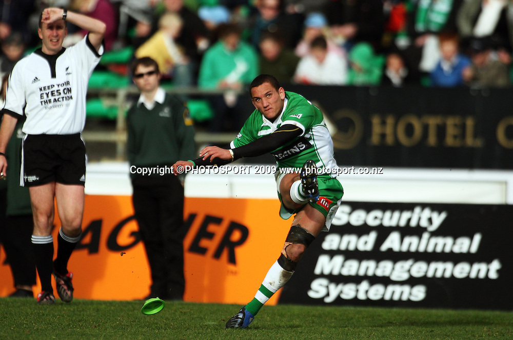 Manawatu first five Aaron Cruden kicks for goal.<br /> Air NZ Cup rugby - Manawatu Turbos v Counties-Manukau Steelers at FMG Stadium, Palmerston North, New Zealand, Sunday, 2 August 2009. Photo: Dave Lintott/PHOTOSPORT
