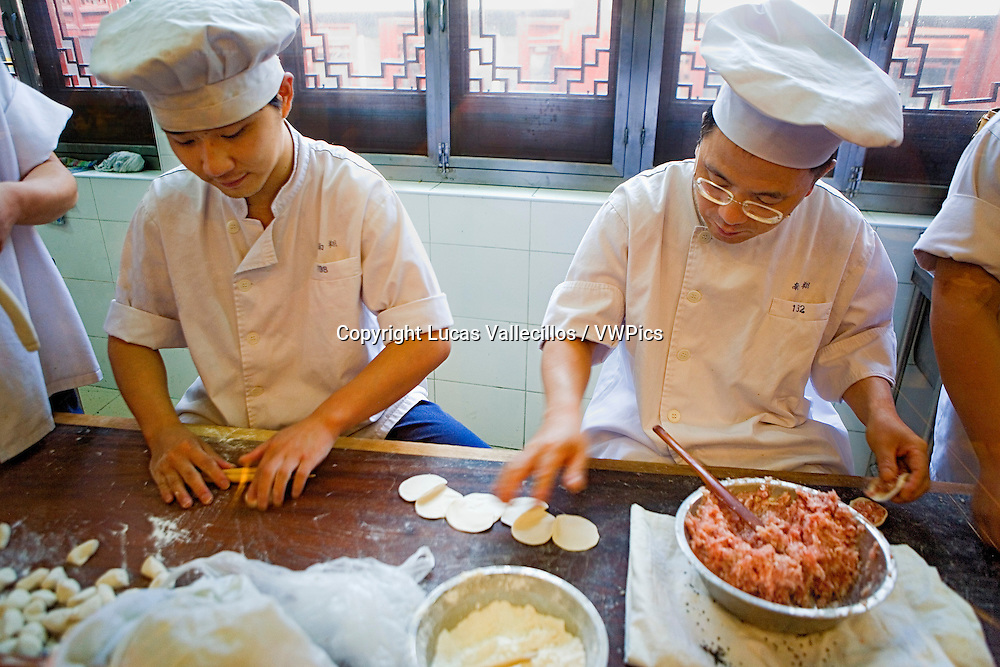 China.Shanghai:Cooks in  Nanxiang Steamed Bun Restaurant. Yu Yuan Baazar, close to the lake. they serve their famous `Xiaolongbao´ (dumplings of Shanghai)