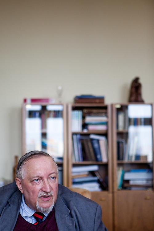 Der Dekan der Fakultät der hussitischen Theologie UK Prof. ThDr. Jan Blahoslav Lasek in seinem Büro in Prag.