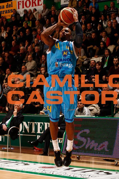 DESCRIZIONE : Siena Lega A 2010-11 Montepaschi Siena Vanoli Braga Cremona<br /> GIOCATORE : Jerrod Earl Rowland<br /> SQUADRA : Vanoli Braga Cremona<br /> EVENTO : Campionato Lega A 2010-2011 <br /> GARA : Montepaschi Siena Vanoli Braga Cremona<br /> DATA : 23/01/2011<br /> CATEGORIA : tiro<br /> SPORT : Pallacanestro <br /> AUTORE : Agenzia Ciamillo-Castoria/P.Lazzeroni<br /> Galleria : Lega Basket A 2010-2011 <br /> Fotonotizia : Siena Lega A 2010-11 Montepaschi Siena Vanoli Braga Cremona<br /> Predefinita :