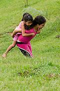 Tiradentes_MG, Brasil...Garota carregando uma menina em Tiradentes...The girl carrying a child in Tiradentes...FOTO: BRUNO MAGALHAES / NITRO