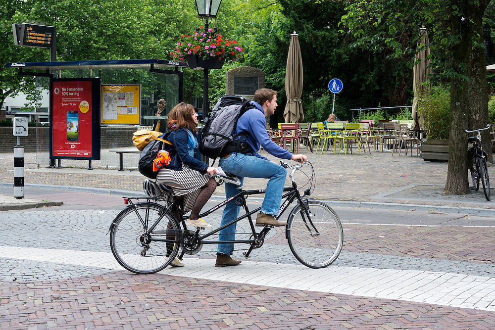 In Utrecht steekt een stel het Ledig Erf over met de tandem.<br /> <br /> In Utrecht a couple is crossing the road with a tandem.