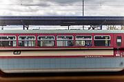 Gesichtsmasken sind im öffentlichen Leben in der Tschechischen Republik Pflicht. Eine Frau sitzt in einem Zug am Bahnhof in Klatovy, Tschechische Republik, dem ersten größeren Bahnhof nach dem Überqueren der geschlossenen tschechisch-deutschen Grenze. Die Tschechische Republik befindet sich im Ausnahmezustand und nur ihre eigenen Bürger oder Ausländer mit einer Aufenthaltserlaubnis dürfen einreisen. /////////////////Face masks are mandatory in public life in the Czech Republic. A woman sitting in a train at the railway station in Klatovy, Czech Republic, the first bigger station after crossing the closed Czech-German border. Czech Republic is in the state of emergency and just their own citizens or foreigners with a residence permit are allowed to enter. @rischaard