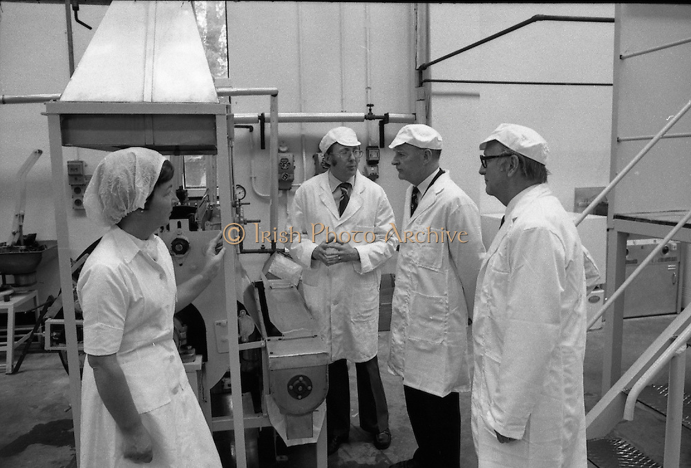 Taoiseach Liam Cosgrave visits Sugar Factory, Carlow.07/07/1976.07/07/1976.7th July 1976..Picture of Liam Cosgrave speaking with workers of the Carlow Sugar Factory.