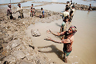 The men working to get food from the government to rebuild the dikes around the city. All work takes place with the hands of machines, the government has not made available for the workers.