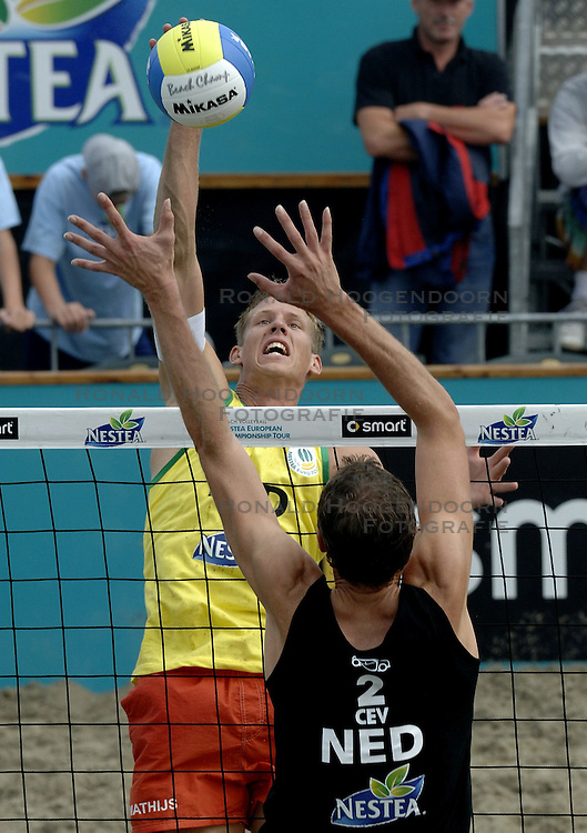 24-08-2006: VOLLEYBAL: NESTEA EUROPEAN CHAMPIONSHIP BEACHVOLLEYBALL: SCHEVENINGEN<br /> Mathijs Mast<br /> &copy;2006-WWW.FOTOHOOGENDOORN.NL